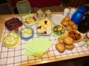 Picknick für mehrere Personen, in diesem Fall überwiegend vegetarisch
