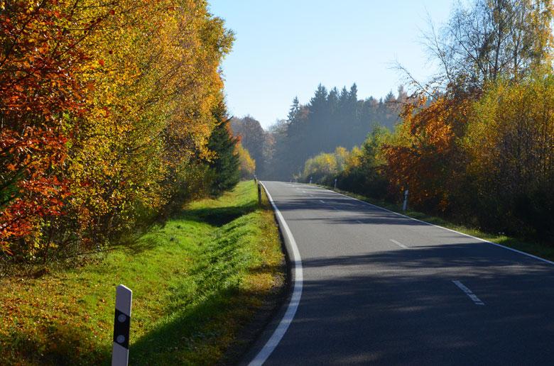 Straße mit Licht und Schatten