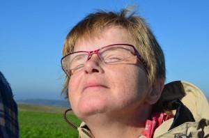 Frau hält ihr Gesicht in die Sonne
