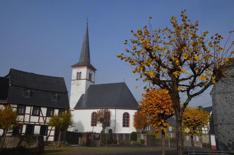 Kirche Lötzbeuren und Herbstbäume