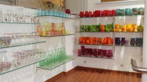 Glasgefäße in verschiedenen Farben